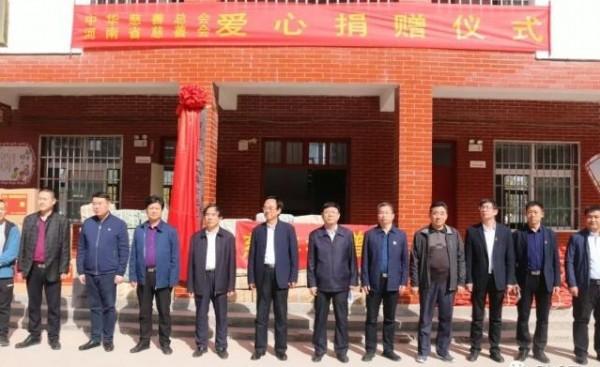 中国著名书法家徐荣双书画学校在水坡三中揭牌 现场捐赠价值近30万元物品
