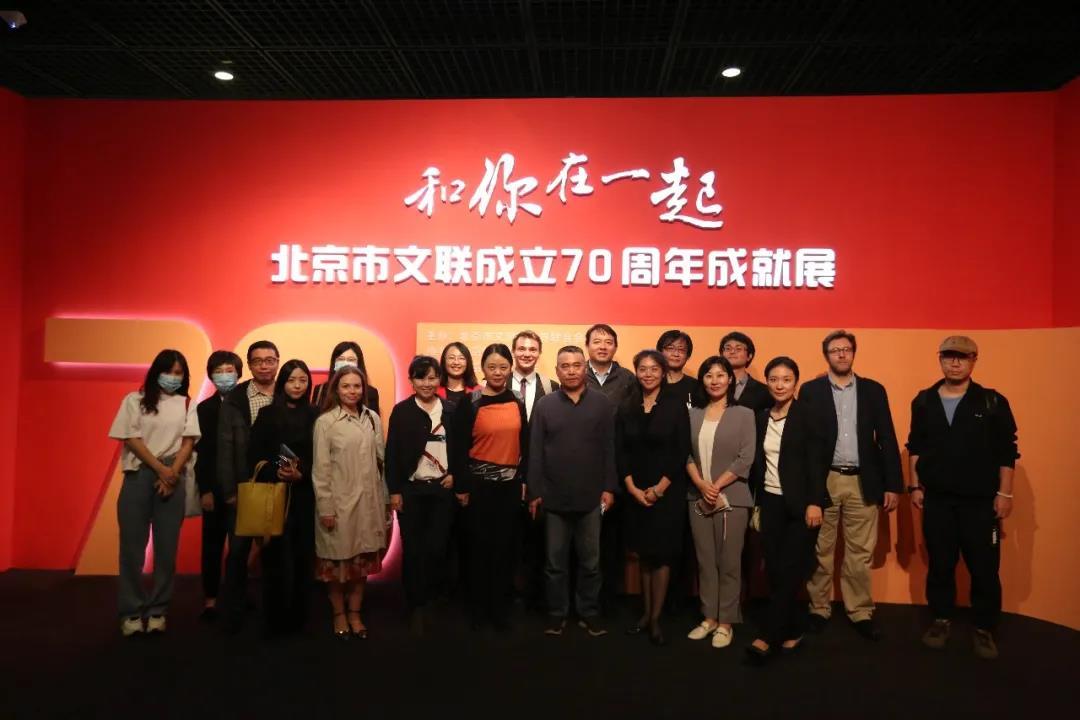 北京作家与汉学家代表体验北京老字号瑞蚨祥文化魅力
