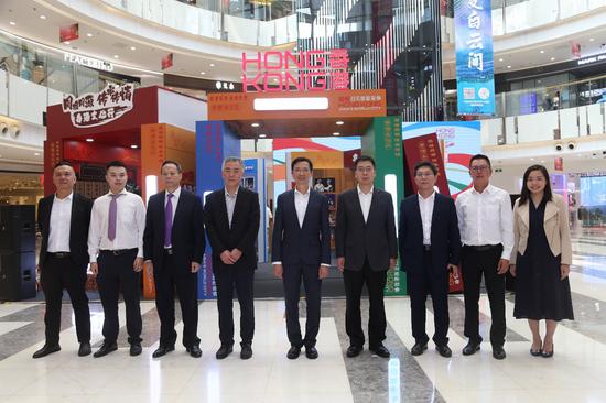 香港驻京办主任梁志仁(中)、河北省外事办公室副主任贺路明(右4)及河北省商务厅巡视员马中宇(左4)出席开幕仪式