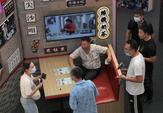 观众置身展馆中香港茶餐厅的场景,实地感受香港传统文化与现代生活结合